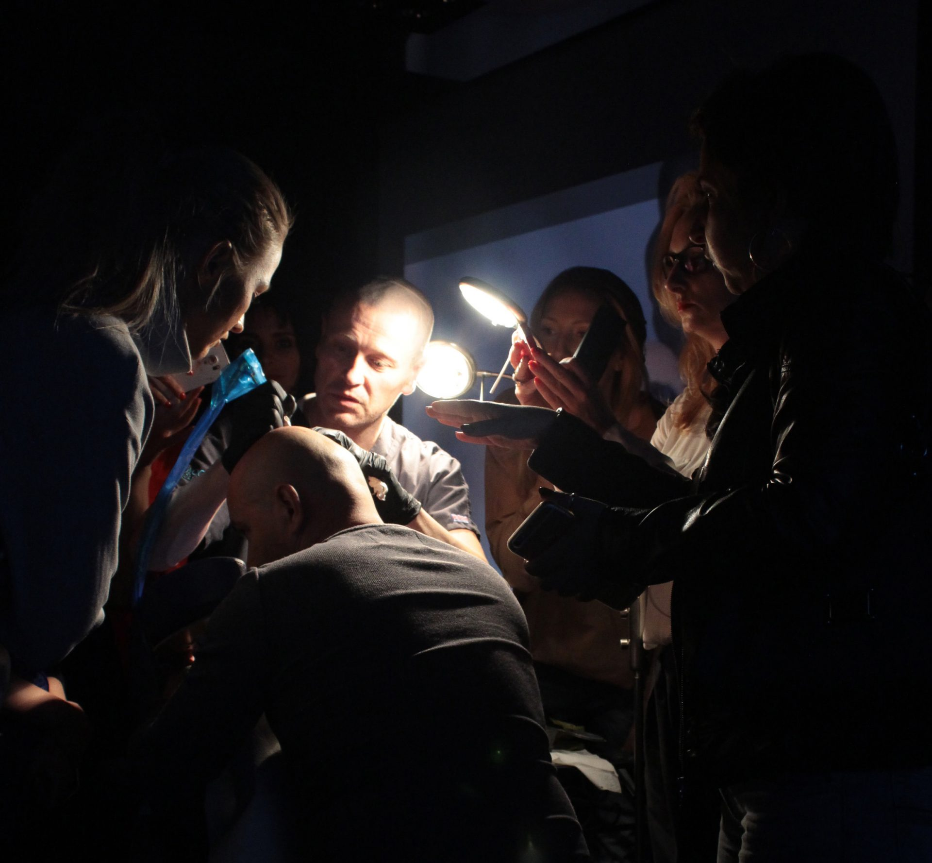Simon Lane demonstrating scalp micropigmentation in Poland